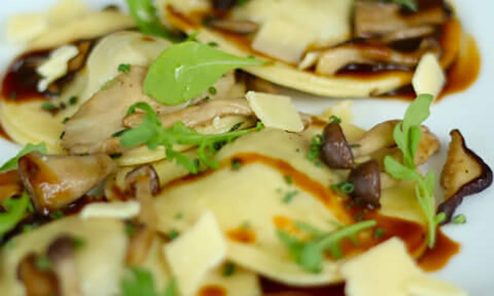 Braised Meat Ravioli with Smoked Tea Sauce, Mushrooms, Arugula and Cheddar, Plats principaux