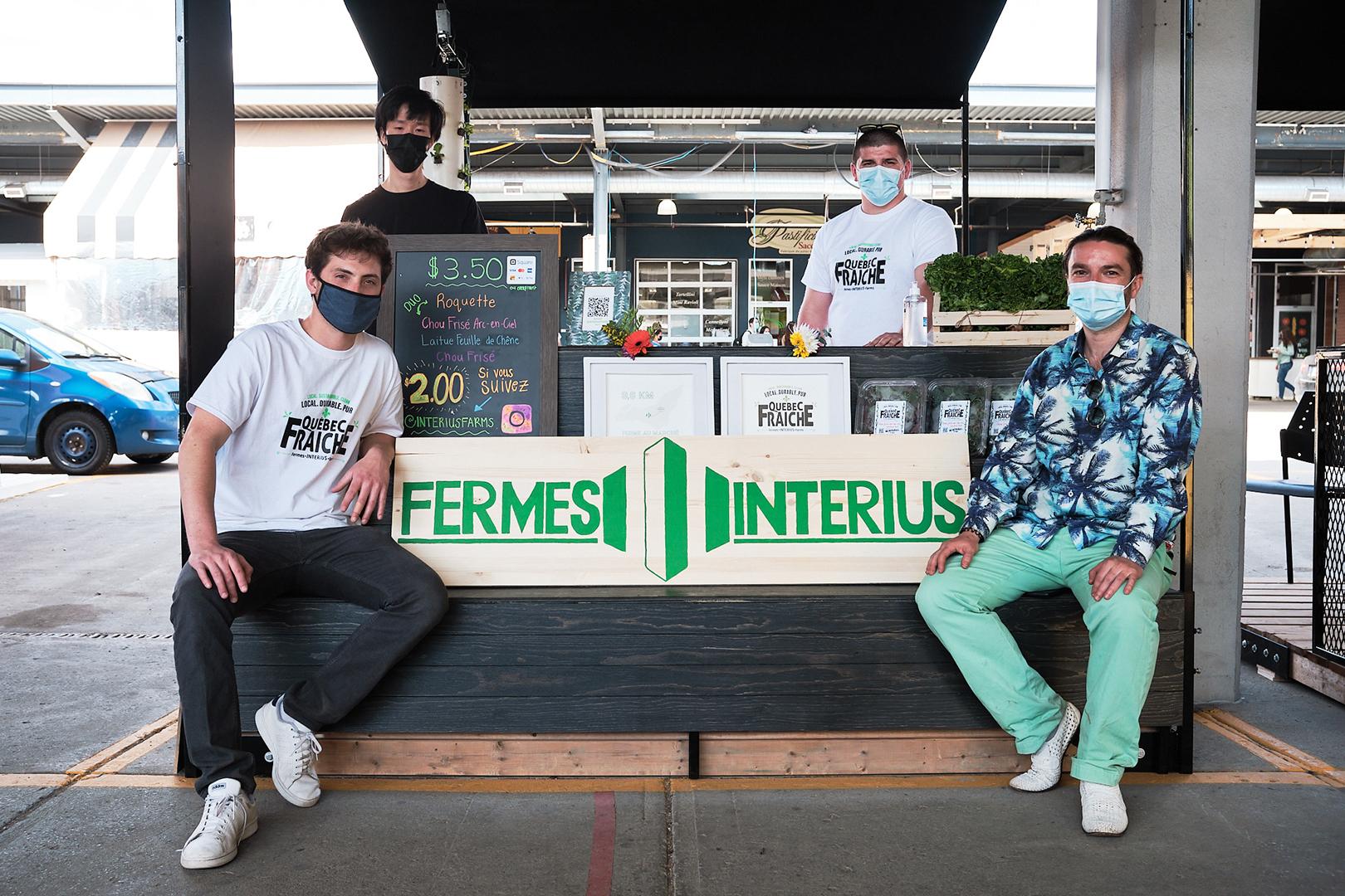 Quatre personnes au kiosque de la relève d'Interius Farms.