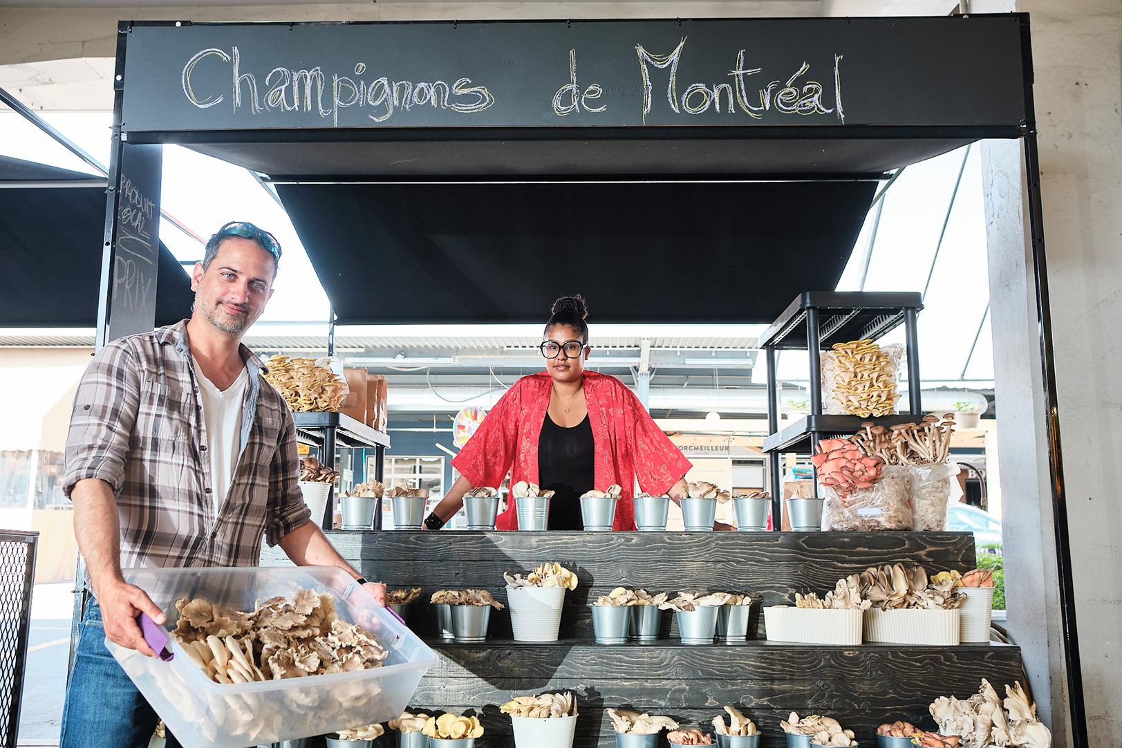 Deux personnes avec champignons de Montréal au kiosque.